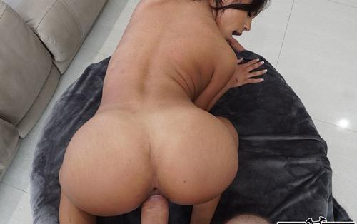 Sexy negresa Autumn Falls isi satiface sexual angajatorul .